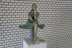 授業「生命」17年目、彫刻家西平孝史先生の作品の除幕式