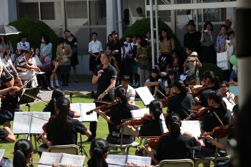 文化祭 今年もオーケストラ部が青空の下で演奏