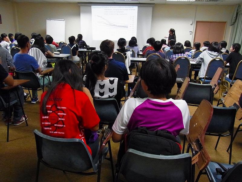 サバ大学の大学院生にサンショウウオの研究を紹介