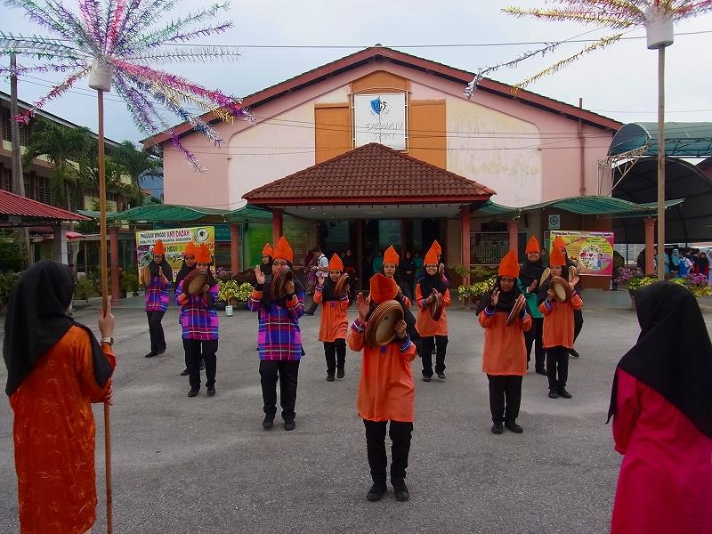 テメンゴン・イブラヒム女子校を訪問