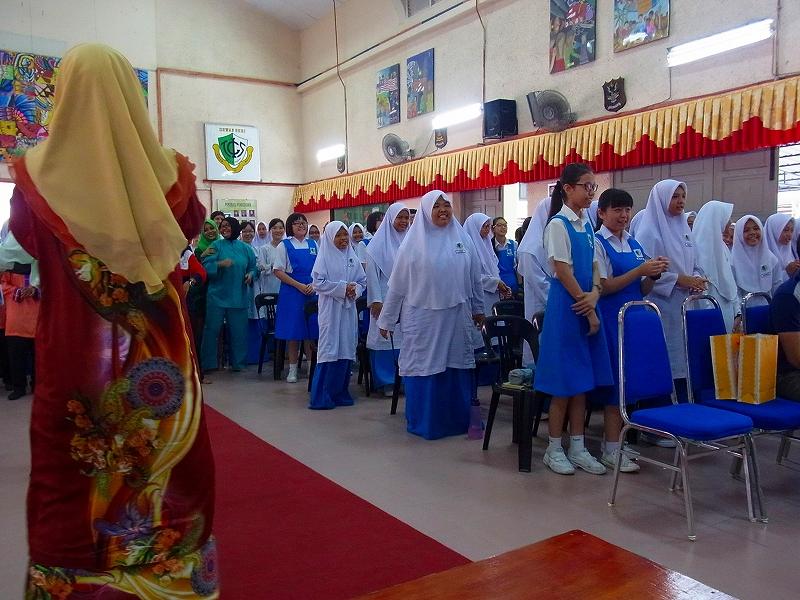 歓迎会で本校生徒はマレーシア語で歌を披露