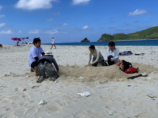 嘉比島で昼食