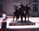 「ネブラスカ州のフットボールチームの像」野外彫刻イメージ